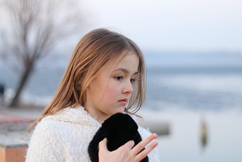 Menina pensativa consideravelmente pequena que olha thoughfully à direita imagens de stock