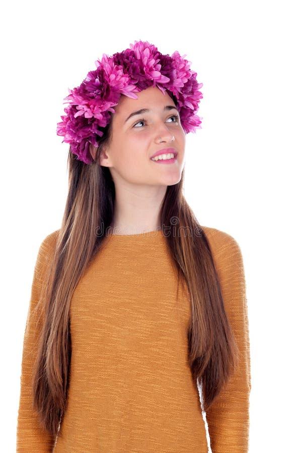Menina pensativa do adolescente com as flores roxas em sua cabeça imagem de stock