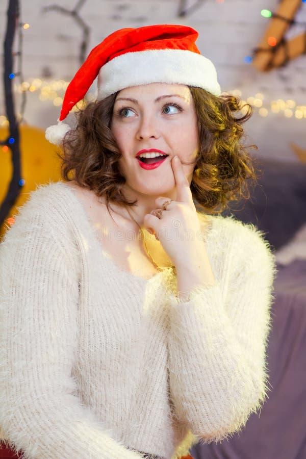 Menina pensativa do adolescente no chapéu de Santa no Natal fotografia de stock