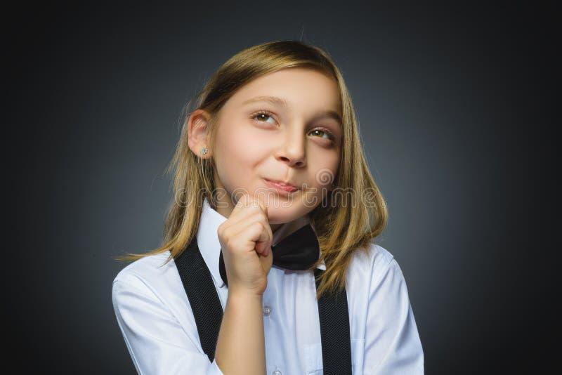 Menina pensativa do close up com mão na cabeça isolada no cinza fotografia de stock