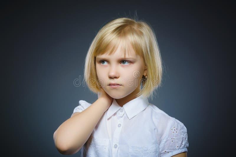Menina pensativa do close up com mão na cabeça isolada no cinza foto de stock royalty free