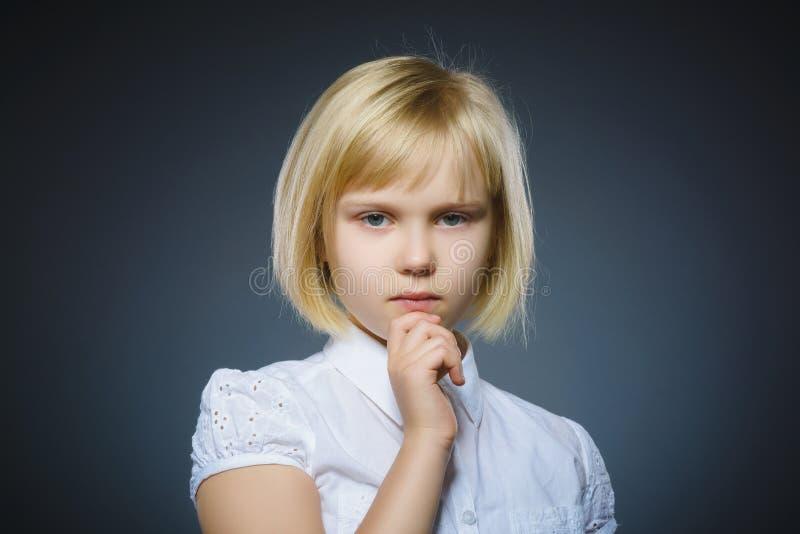 Menina pensativa do close up com mão na cabeça isolada no cinza fotografia de stock royalty free