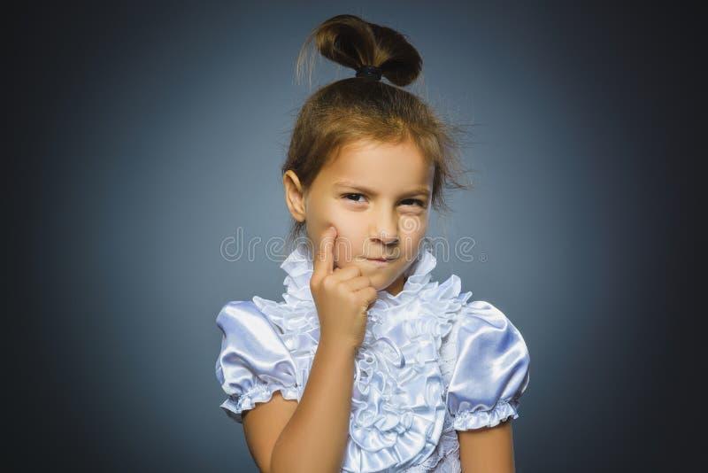 Menina pensativa do close up com mão na cabeça no cinza foto de stock royalty free