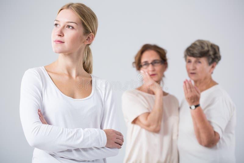 Menina pensativa e mulheres preocupadas fotografia de stock