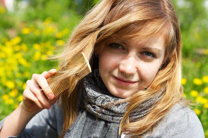 A menina penteia o cabelo foto de stock royalty free