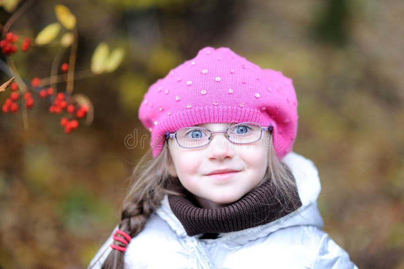 Menina pequena adorável no chapéu cor-de-rosa brilhante imagens de stock royalty free