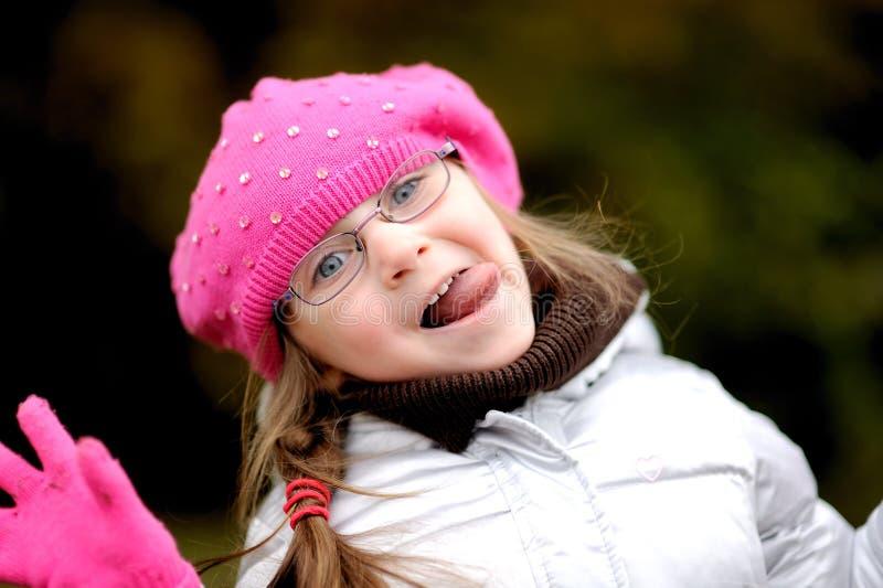 Menina pequena adorável no chapéu cor-de-rosa brilhante imagens de stock