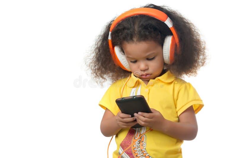 Menina pequena afro-americano que aponta à câmera fotografia de stock royalty free