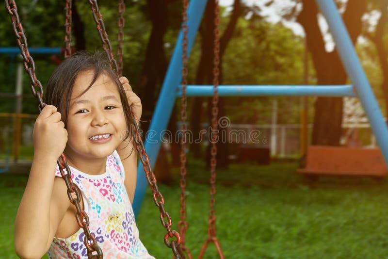Menina pequena asiática de sorriso feliz fotos de stock