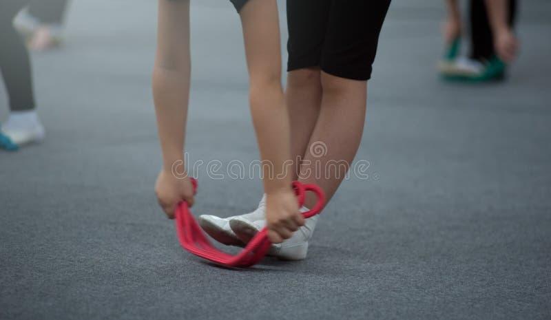 Menina pequena bonita da ginasta com fita alaranjada foto de stock royalty free