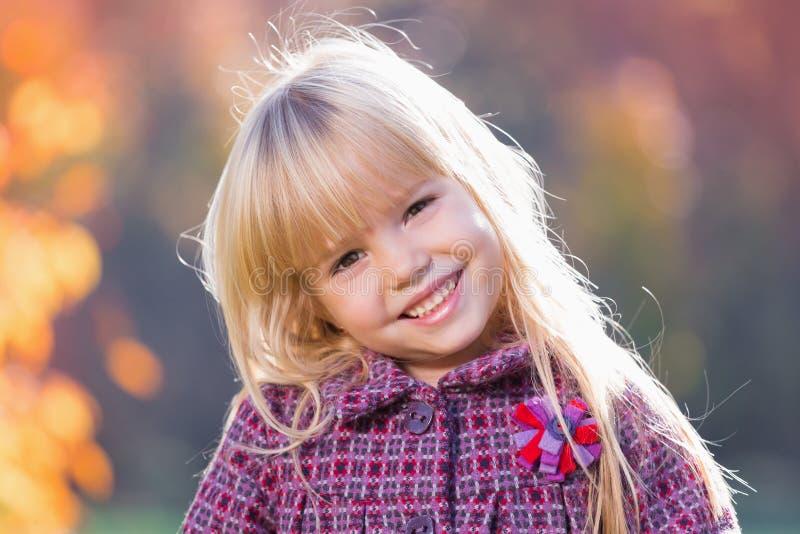 Menina pequena bonita do cabelo louro foto de stock royalty free