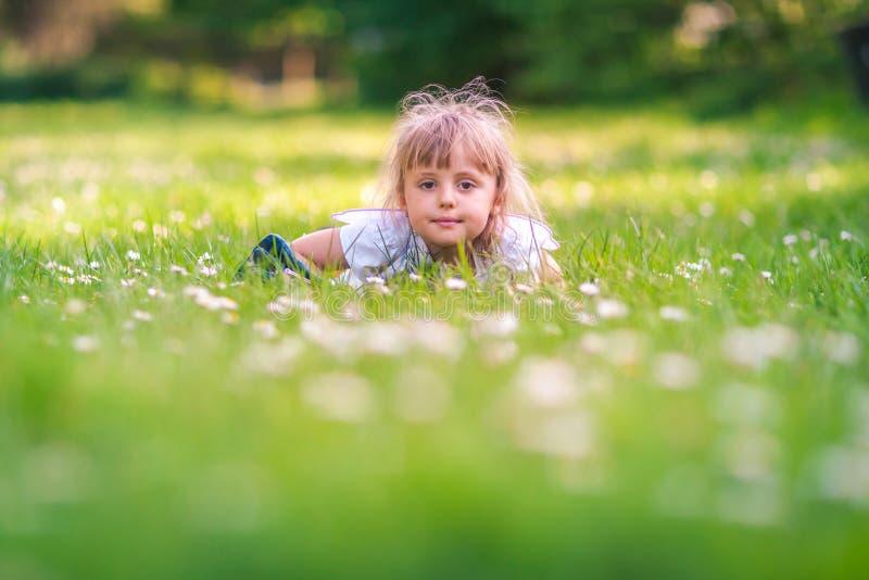 Menina pequena bonito da borboleta foto de stock