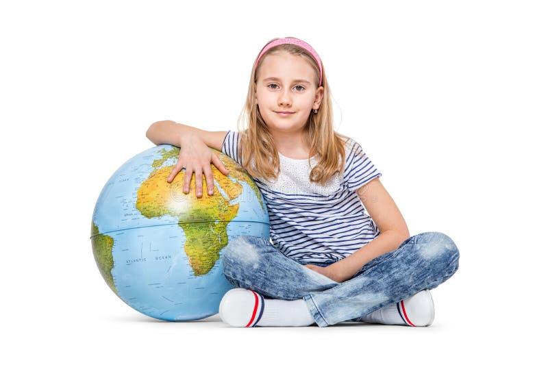 Menina pequena bonito do estudante com globo Conceito da educação escolar imagem de stock