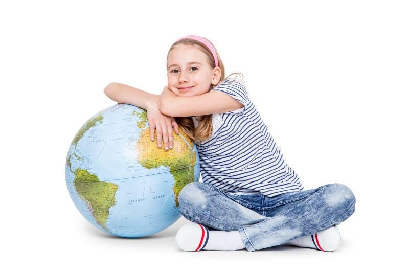 Menina pequena bonito do estudante com globo Conceito da educação escolar imagens de stock