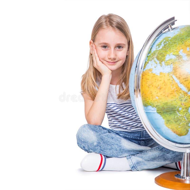 Menina pequena bonito do estudante com globo Conceito da educação escolar foto de stock royalty free