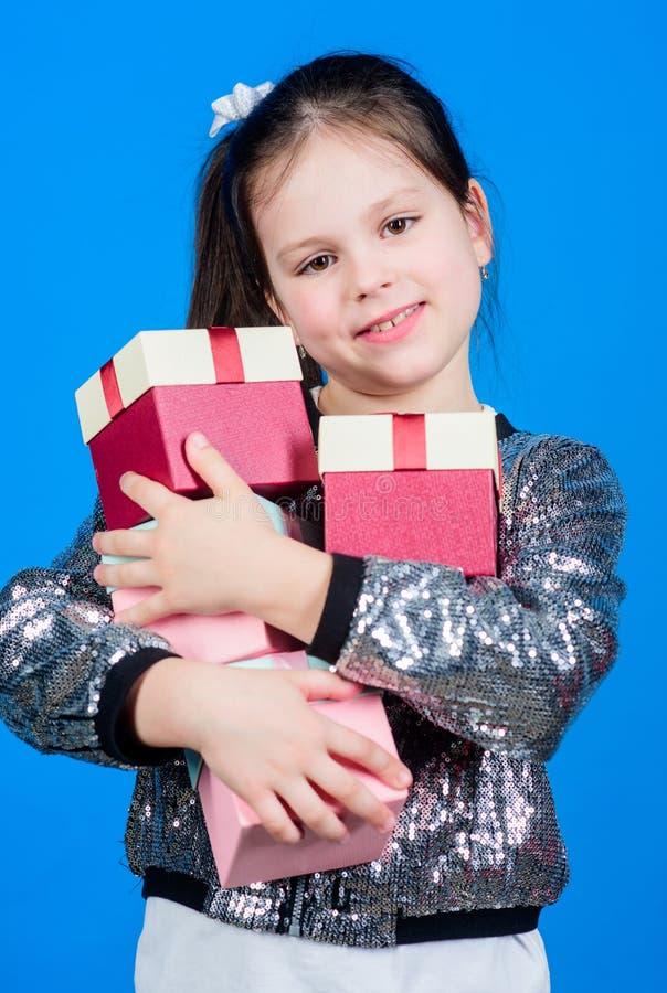 Menina pequena com caixa atual Crian?a alegre Menina com presente surpresa O dia das crian?as congratulation feliz foto de stock
