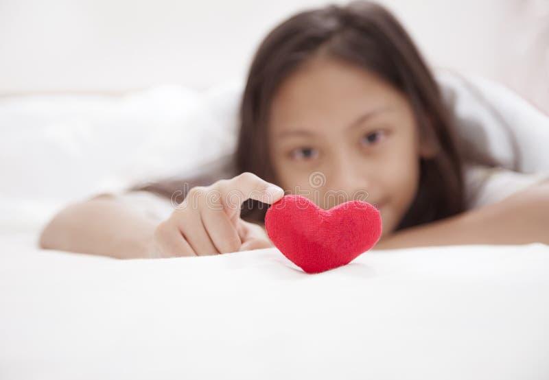 Menina pequena com coração do amor infância e felicidade Valentim D fotografia de stock