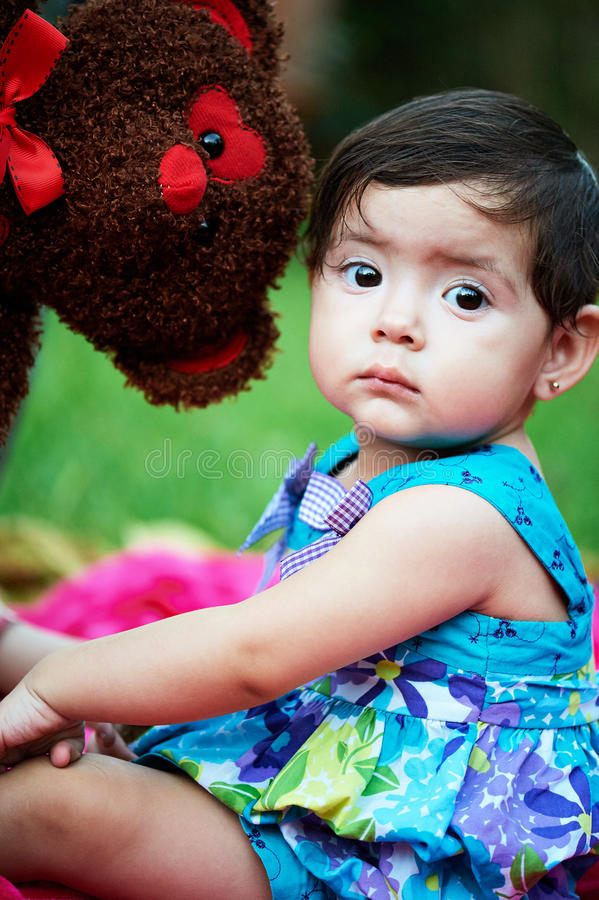 Menina pequena com urso imagem de stock