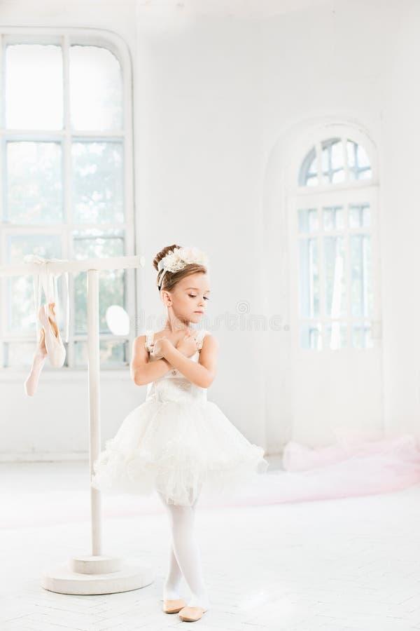 Menina pequena da bailarina em um tutu Criança adorável que dança o balé clássico em um estúdio branco fotografia de stock royalty free