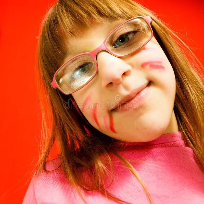 Menina pequena da criança que faz a cara engraçada fotografia de stock