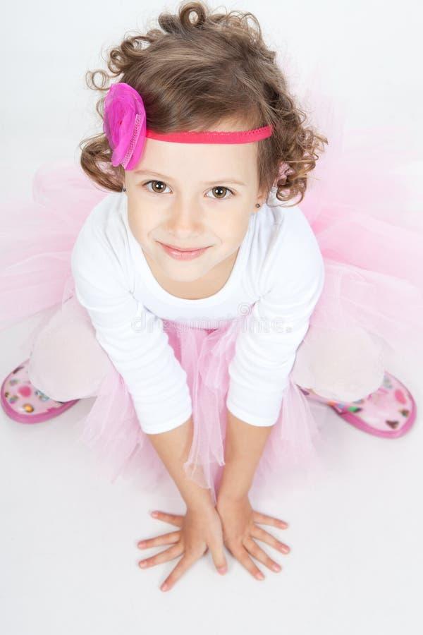 Menina pequena da princesa que senta-se no assoalho fotos de stock royalty free