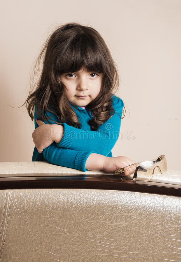 Menina pequena dentro do estúdio fotos de stock royalty free
