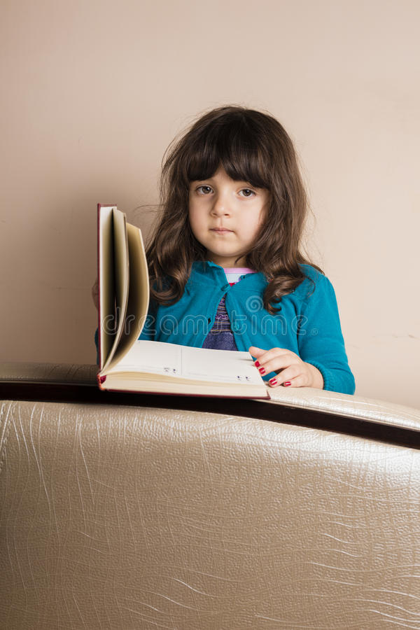 Menina pequena dentro do estúdio imagem de stock royalty free