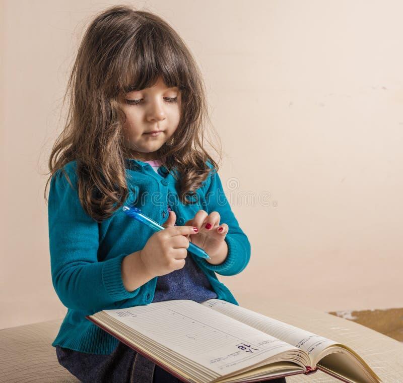Menina pequena dentro do estúdio fotografia de stock royalty free
