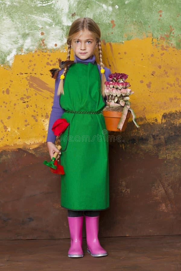 Menina pequena do jardineiro foto de stock