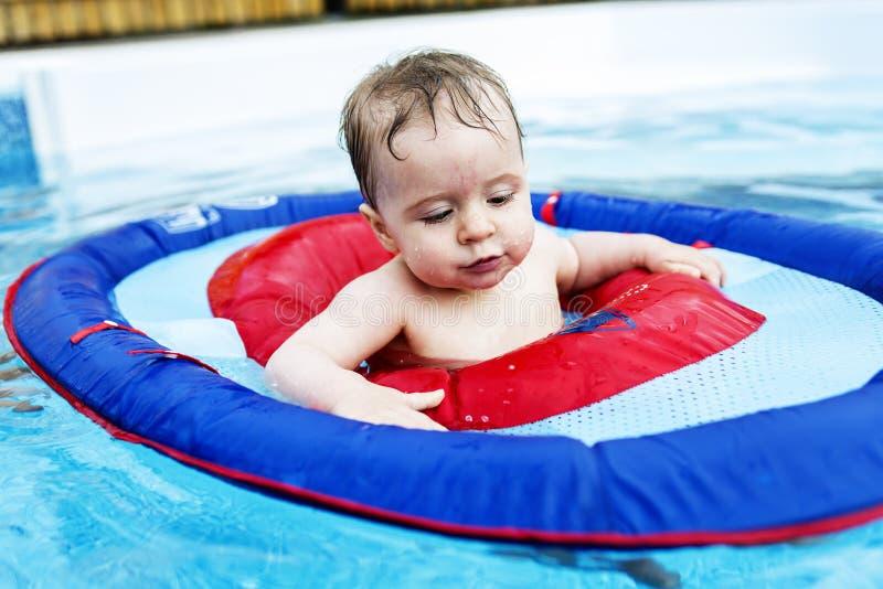 Menina pequena engraçada bonito da criança na piscina fotografia de stock royalty free