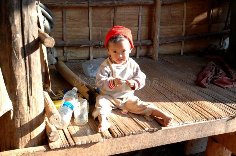 Menina pequena na aldeia da montanha, Mae Hong Son do tribo de Karen fotografia de stock