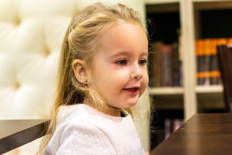 Download Menina pequena no café foto de stock. Imagem de face - 80101334
