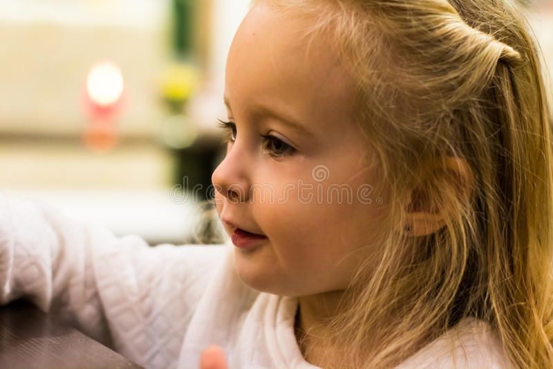 Download Menina pequena no café foto de stock. Imagem de agradável - 80102104