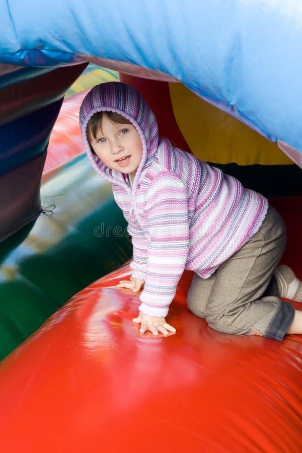 Menina pequena no centrer do jogo. foto de stock