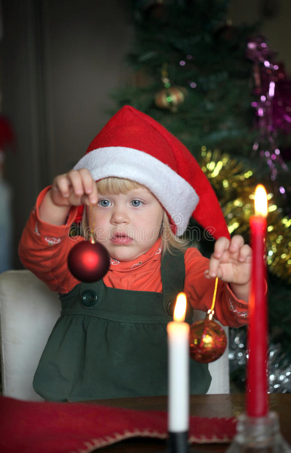 Menina pequena no chapéu do Natal imagem de stock royalty free