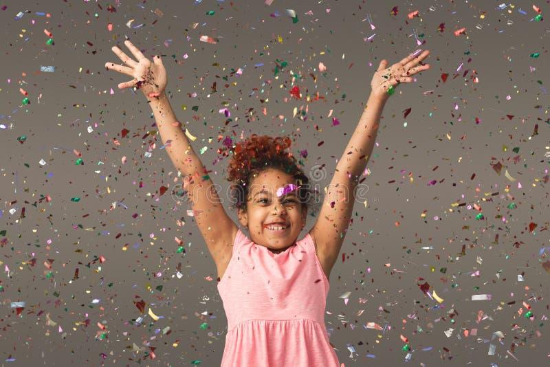 Menina pequena preta feliz no fundo branco do estúdio foto de stock royalty free