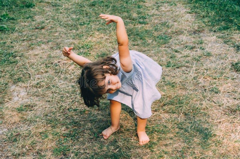 Menina pequena que contempla o pino fotografia de stock