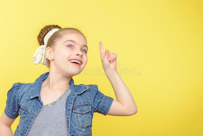 Menina pequena que mostra emoções diferentes foto de stock