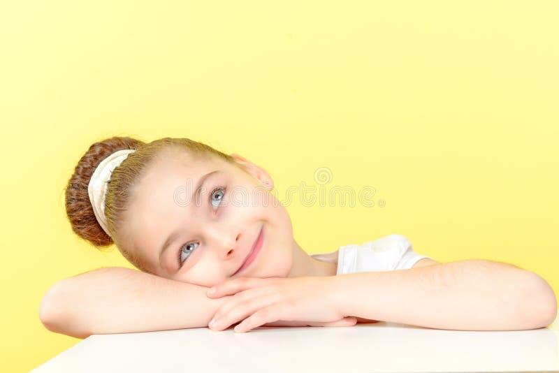 Menina pequena que mostra emoções diferentes imagens de stock