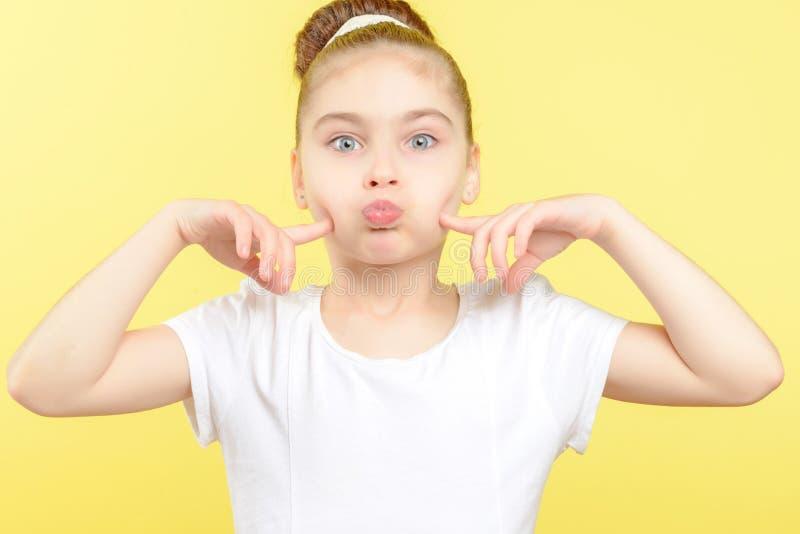 Menina pequena que mostra emoções diferentes foto de stock royalty free