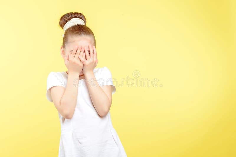 Menina pequena que mostra emoções diferentes fotografia de stock royalty free