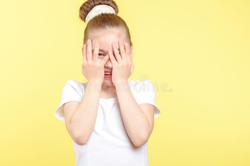 Menina pequena que mostra emoções diferentes fotografia de stock