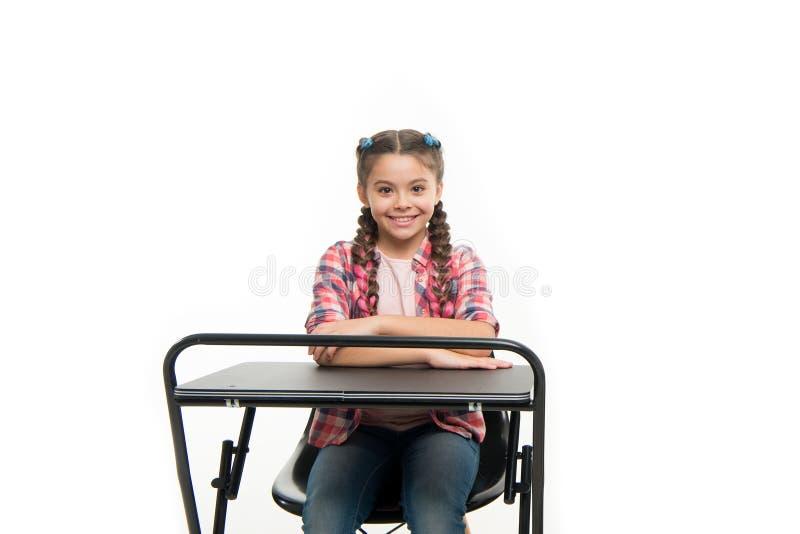 A menina perfeita do estudante senta a mesa Conhece tudo respostas apropriadas O conhecimento é riqueza De volta ? escola Escola  fotos de stock