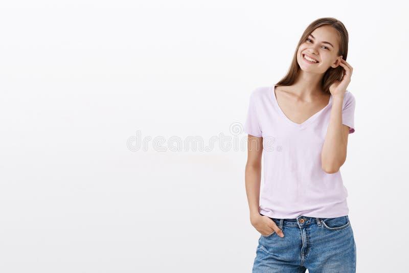 A menina pergunta-nos que se junte lhe passam o tempo impressionante no divertimento Retrato de encantar passar rapidamente fêmea foto de stock