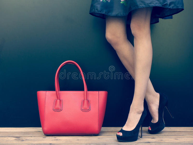 Menina pernudo da forma em sapatas alto-colocadas saltos bonitas no verão curto do vestido da sarja de Nimes que levanta perto da imagem de stock