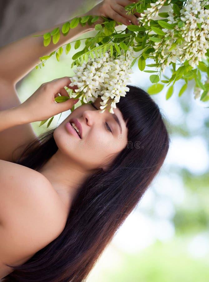 Menina perto da árvore da acácia da flor fotos de stock royalty free