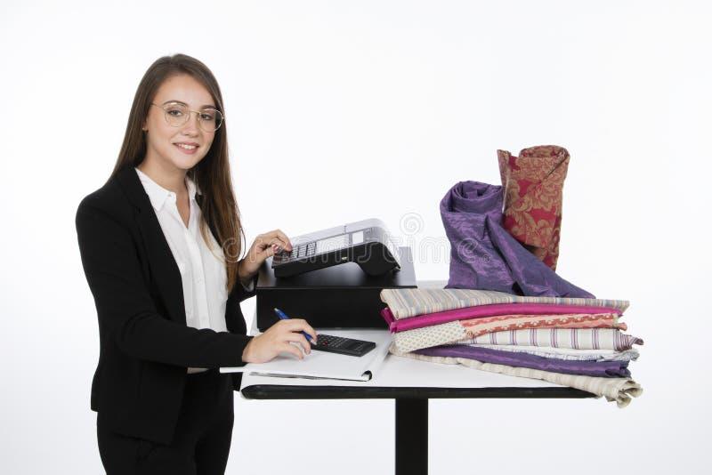Menina perto da caixa registadora em uma loja da tela fotografia de stock royalty free