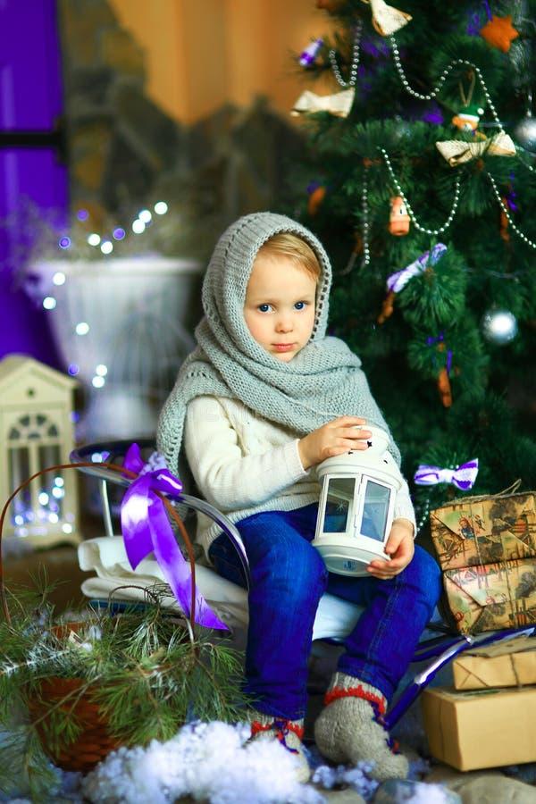 A menina perto de um abeto do Natal imagens de stock royalty free