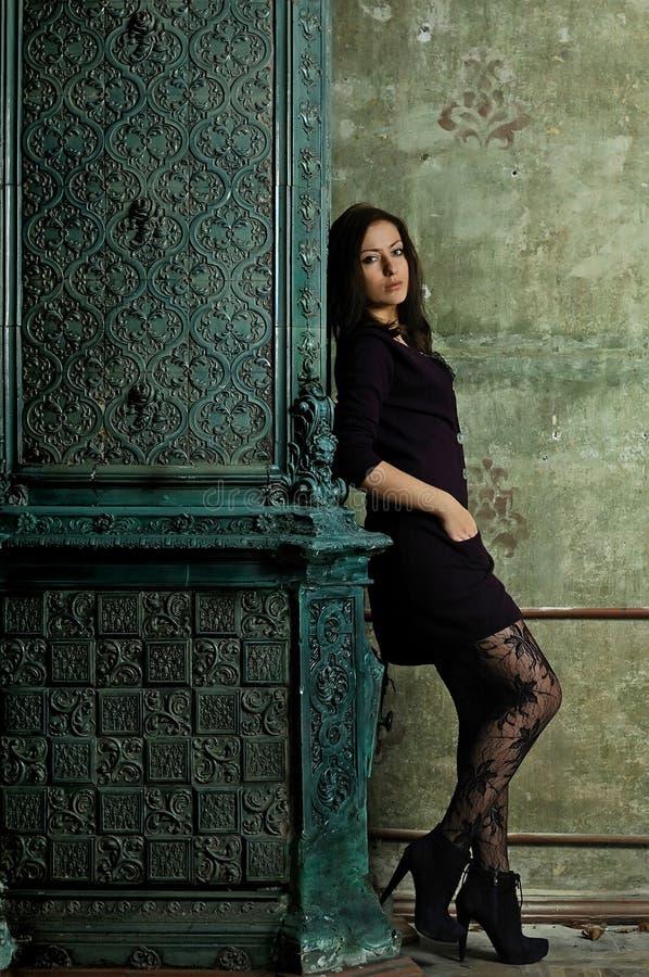 Menina perto de uma chaminé com testes padrões fotografia de stock royalty free
