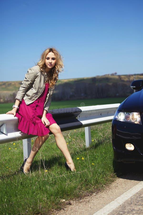 Menina perto do carro fotografia de stock